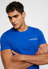 Calvin Klein Jeans - SMALL INSTIT LOGO CHEST TEE - Basic T-shirt - blue - 4
