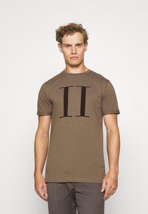 ENCORE  - T-shirt print - mountain grey/dark brown