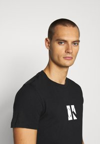 Calvin Klein Jeans - SMALL CENTER BOX TEE - Printtipaita - black - 3