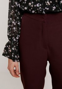 Missguided - HIGH WAISTED CIGARETTE TROUSERS - Bukse - burgundy - 6