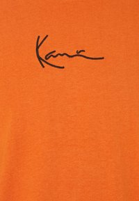 Karl Kani - SMALL SIGNATURE TEE UNISEX - Print T-shirt - dark orange - 2