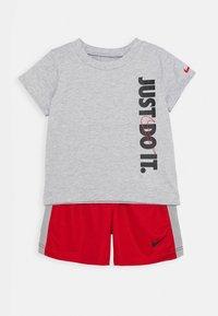 Nike Sportswear - SET BABY - Shorts - university red - 0