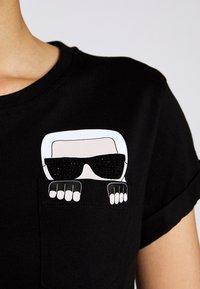 KARL LAGERFELD - IKONIK POCKET - T-shirt z nadrukiem - black - 6