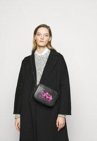 Coach - REXY AND CARRIAGE CAMERA BAG - Across body bag - black - 0