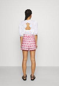maje - IOLI - Shorts - rouge - 2