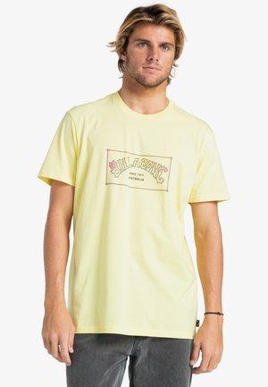 ARCH  - Print T-shirt - beeswax