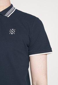TOM TAILOR - UNDERCOLLAR WORDING - Polo shirt - sky captain blue - 5