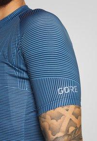 Gore Wear - LINE BRAND TRIKOT - T-shirt z nadrukiem - deep water blue/orbit blue - 3