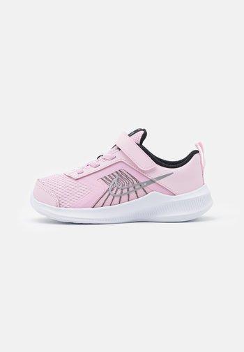 DOWNSHIFTER 11  - Hardloopschoenen neutraal - pink foam/metallic silver/black/white