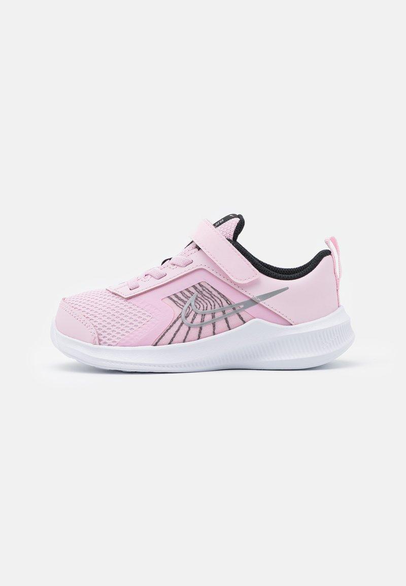 Nike Performance - DOWNSHIFTER 11  - Neutrální běžecké boty - pink foam/metallic silver/black/white