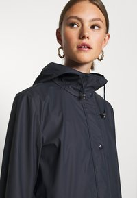 Vero Moda - VMFRIDAYMUSIC COATED JACKET - Regnjakke / vandafvisende jakker - night sky - 3