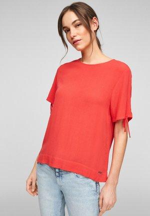 MET KORTE MOUWEN EN KOORD - Print T-shirt - red