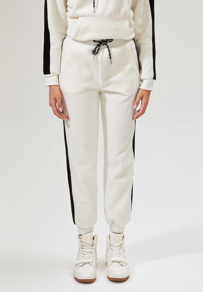 DeFacto - Pantalones deportivos - white
