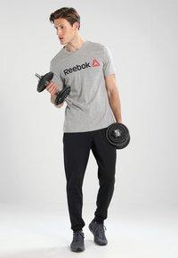 Reebok - TRAINING ESSENTIALS LINEAR LOGO - Sports shirt - medium grey heather - 1