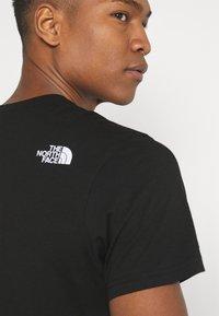 The North Face - CENTRAL LOGO  - T-shirt imprimé - black - 5