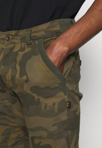 Alpha Industries - KEROSENE - Shorts - oliv - 5