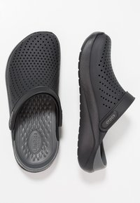 Crocs - LITERIDE RELAXED FIT - Dřeváky - black/slate grey - 1