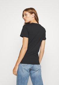 Calvin Klein Jeans - IRIDESCENT METALLIC LOGO TEE - Triko spotiskem - black - 2
