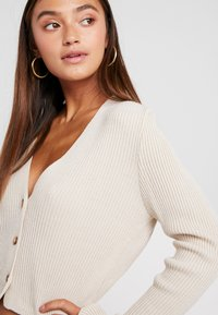 Missguided Petite - SKINNY CROPPED CARDIGAN - Cardigan - beige - 3