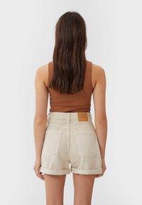 Stradivarius - 01352770 - Shorts - beige - 2
