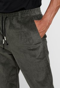Anerkjendt - BOBBY  - Trousers - magnet - 4