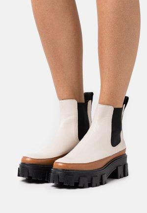 Kotníkové boty na platformě - offwhite