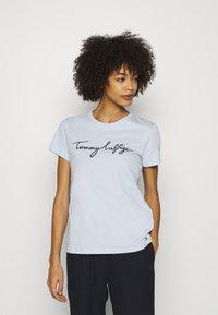 Tommy Hilfiger - CREW NECK GRAPHIC TEE - Camiseta estampada - blue - 0