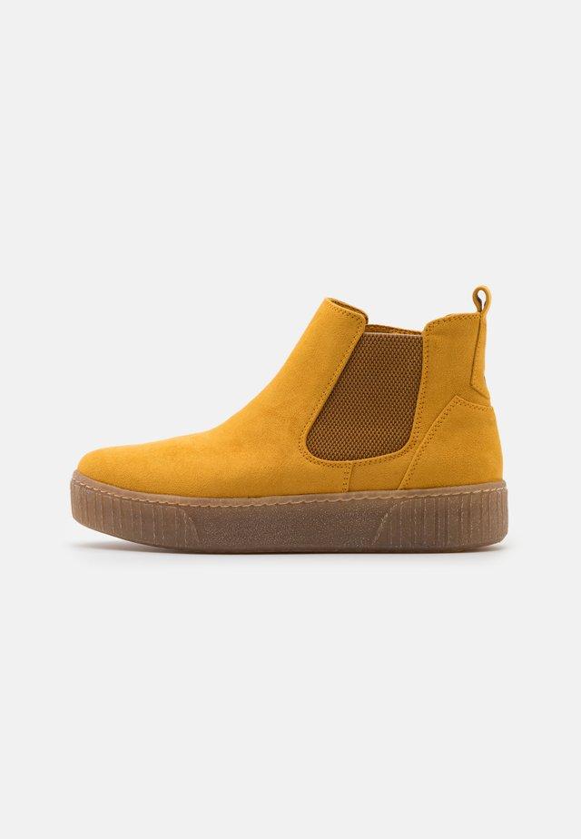 Kotníkové boty na platformě - saffron