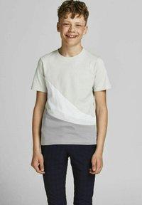 Jack & Jones Junior - T-shirt med print - glacier gray - 0