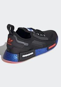 adidas Originals - NMD_R1 SPECTOO UNISEX - Sneakers - core black/solar red - 3