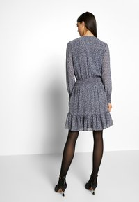 MICHAEL Michael Kors - RUFFLE WRAP DRESS - Hverdagskjoler - black/vintage blue - 2