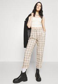 Monki - TYRA TROUSERS - Trousers - mini grid - 3