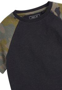 Next - CAMOUFLAGE RAGLAN SHORT SLEEVE T-SHIRT (3-16YRS) - T-shirt print - black - 2