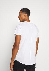 Tommy Jeans - SLIM JASPE V NECK - Jednoduché triko - white - 2