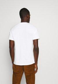 Levi's® - BOXTAB GRAPHIC TEE UNISEX - Print T-shirt - neutrals - 2