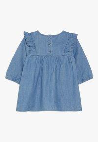 Cotton On - MATISSE LONG SLEEVE DRESS BABY - Jeansklänning - mid blue wash - 1