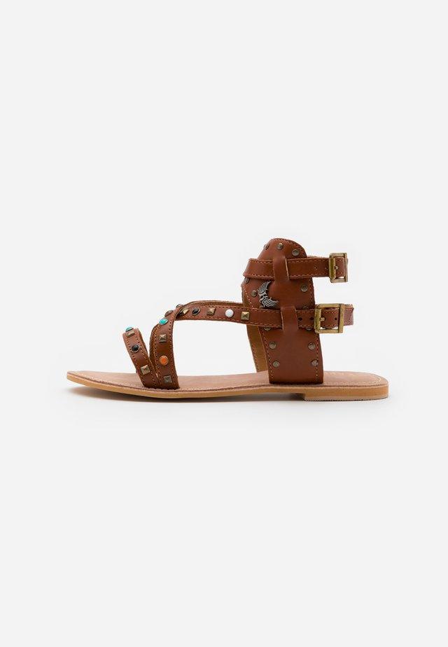MOORE - Sandaalit nilkkaremmillä - tan