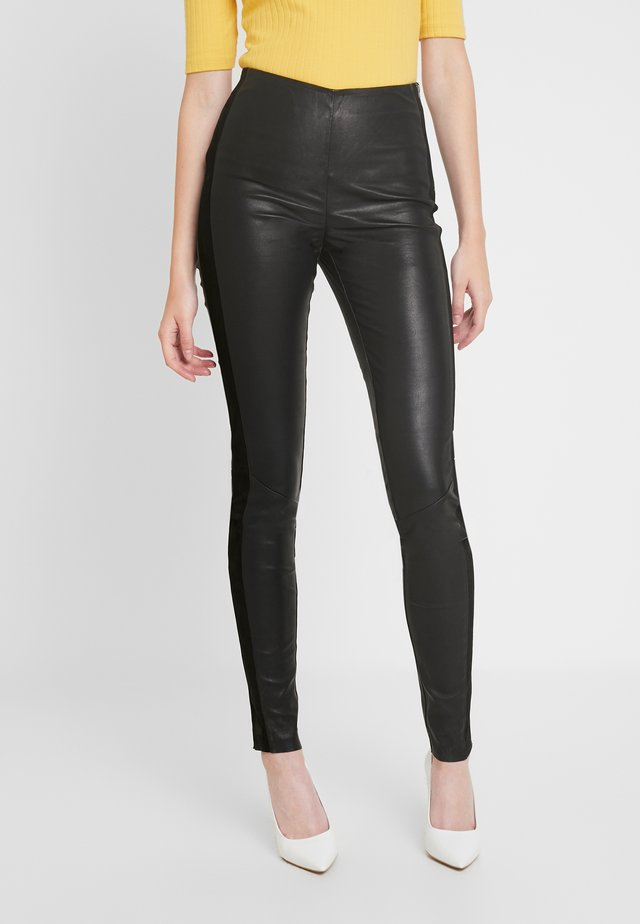 YASZEBA PANEL STRETCH PANT - Pantaloni di pelle - black