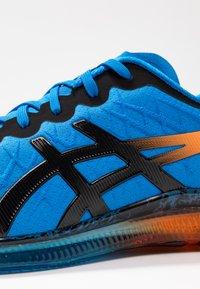 ASICS - GEL-QUANTUM INFINITY - Neutrální běžecké boty - electric blue/black - 5