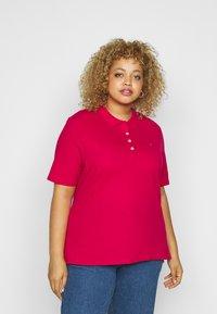 Tommy Hilfiger Curve - ESSENTIAL - Polo shirt - ruby jewel - 0