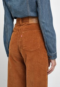 Levi's® - RIBCAGE CORD WIDE LEG - Flared Jeans - caramel - 7