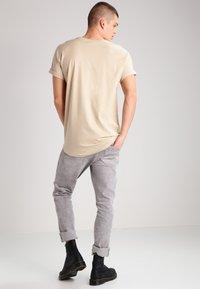 Urban Classics - LONG SHAPED TURNUP - Basic T-shirt - sand - 2