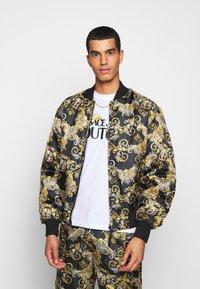Versace Jeans Couture - RISTOP PRINTED LOGO BAROQUE - Chaquetas bomber - nero - 0