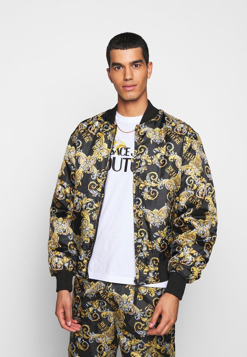 Versace Jeans Couture - RISTOP PRINTED LOGO BAROQUE - Chaquetas bomber - nero