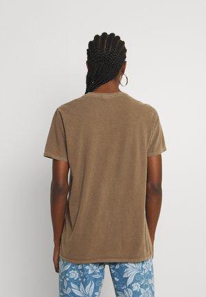 RAINBOW SNAIL TEE - T-shirts med print - chocolate