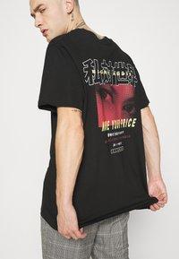 Night Addict - PRICE - T-shirt med print - black - 3