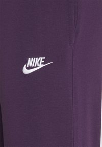 Nike Sportswear - CLUB PANT - Pantalon de survêtement - grand purple/grand purple/white - 4