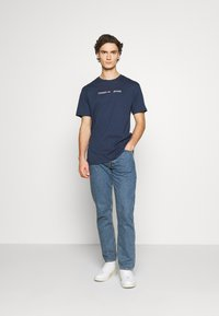 Tommy Jeans - STRAIGHT LOGO TEE - T-shirt z nadrukiem - twilight navy - 1