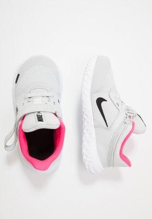 REVOLUTION 5 FLYEASE - Neutrální běžecké boty - photon dust/black/white/pink glow