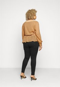 Vero Moda Curve - VMBABUSCHE BLOUSE - Blouse - black/tobacco brown dot - 2